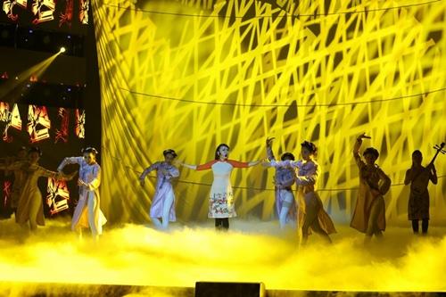 Hồ Ngọc Hà cầm micro cho Phương Uyên đệm đàn trên sân khấu - 6