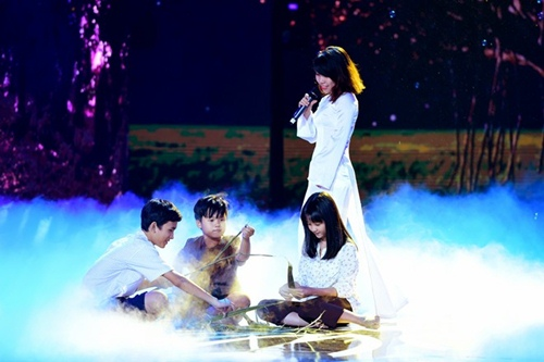 Hồ Ngọc Hà cầm micro cho Phương Uyên đệm đàn trên sân khấu - 10