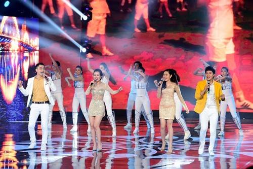 Hồ Ngọc Hà cầm micro cho Phương Uyên đệm đàn trên sân khấu - 11