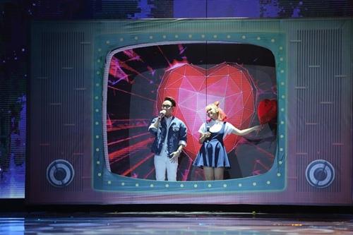 Hồ Ngọc Hà cầm micro cho Phương Uyên đệm đàn trên sân khấu - 7
