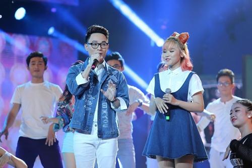 Hồ Ngọc Hà cầm micro cho Phương Uyên đệm đàn trên sân khấu - 8