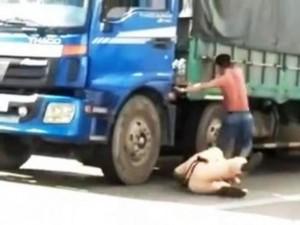 An ninh Xã hội - Khởi tố, bắt giam tài xế đạp CSGT văng xuống đường