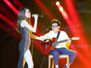Hồ Ngọc Hà cầm micro cho Phương Uyên đệm đàn trên sân khấu