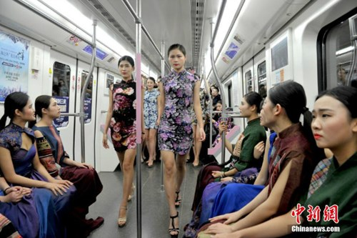 Nữ sinh diễn catwalk trên tàu điện ngầm gây xôn xao - 1