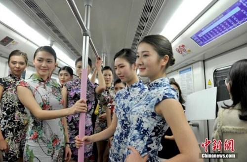 Nữ sinh diễn catwalk trên tàu điện ngầm gây xôn xao - 3