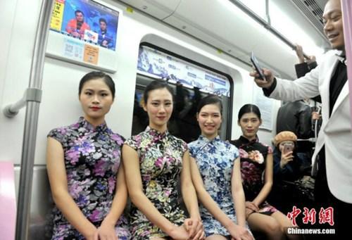 Nữ sinh diễn catwalk trên tàu điện ngầm gây xôn xao - 4