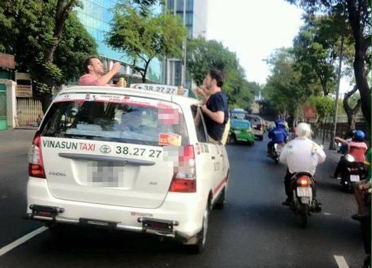 3 ông Tây nhậu trên… nóc taxi gây náo động Sài Gòn - 1