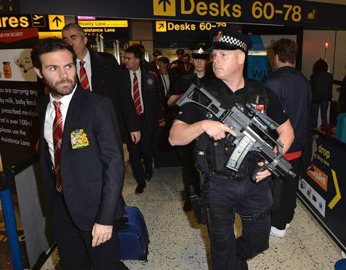 Cảnh sát vác súng trường tự động bảo vệ dàn SAO MU - 3