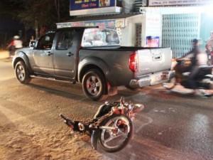 Tin tức trong ngày - Hàng chục người nâng ô tô giải cứu 2 thanh niên