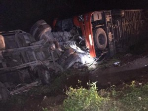 Tin tức trong ngày - HN: Xe khách húc đuôi xe tải, nhiều người thương vong