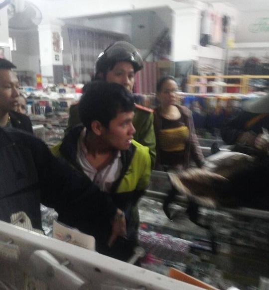 Sinh viên dí côn điện vào cổ chủ cửa hàng giữa ban ngày - 1