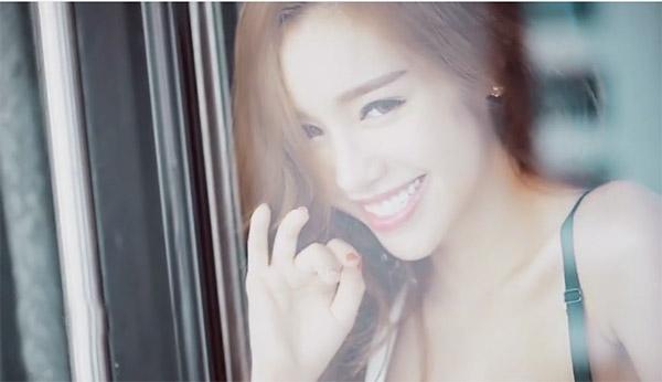 """""""Bỏng mắt"""" với clip chụp ảnh gợi cảm của Elly Trần - 5"""