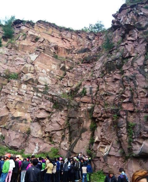 Phát hiện thi thể nam thanh niên dập nát dưới chân núi - 1