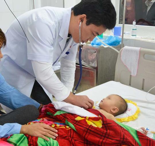 Hóc đá dăm khi chơi đùa, bé 1 tuổi bị xẹp một bên phổi - 1
