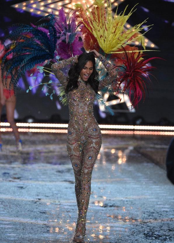 """Video diễn nội y cực """"hot"""" của show Victoria's Secret - 45"""