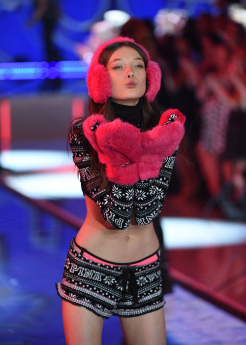 """Video diễn nội y cực """"hot"""" của show Victoria's Secret_ - 6"""