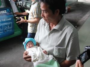 Tin tức trong ngày - Bé sơ sinh bị ném xuống giếng mắc nhiều bệnh hiểm nghèo