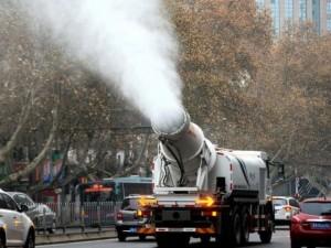 Thế giới - TQ dùng súng phun nước khổng lồ bắn không khí ô nhiễm