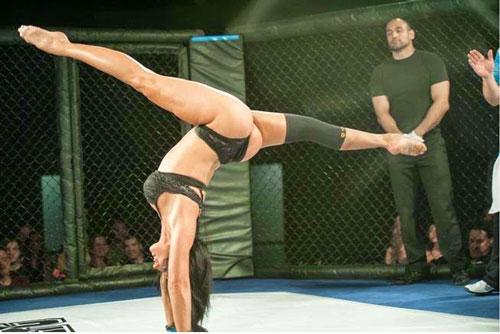 Nữ võ sĩ mặc bikini siêu mỏng, đấm đá tơi bời trên võ đài - 9