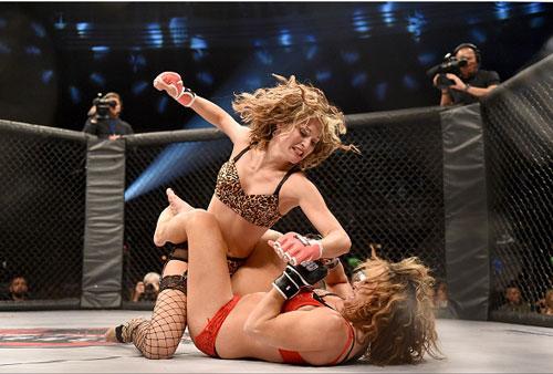 Nữ võ sĩ mặc bikini siêu mỏng, đấm đá tơi bời trên võ đài - 10