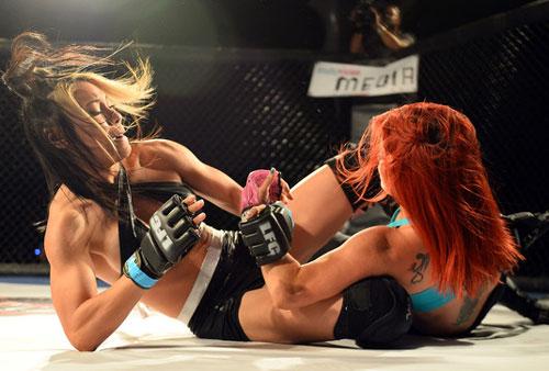 Nữ võ sĩ mặc bikini siêu mỏng, đấm đá tơi bời trên võ đài - 11