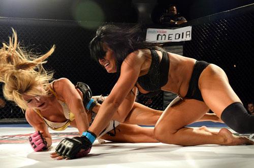 Nữ võ sĩ mặc bikini siêu mỏng, đấm đá tơi bời trên võ đài - 12