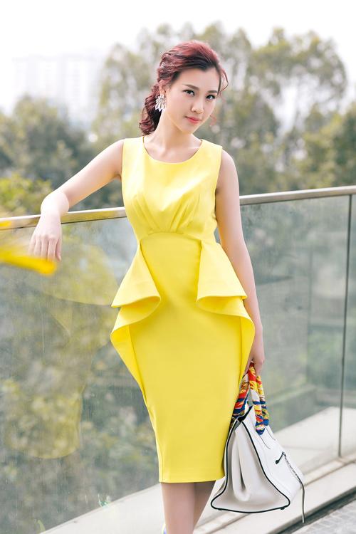 1449722304 1449718545 untitled 18130 Á hậu Hoàng Oanh khoe khéo phụ kiện hàng hiệu