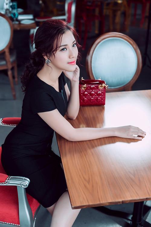 1449722304 1449718545 untitled 18623 Á hậu Hoàng Oanh khoe khéo phụ kiện hàng hiệu