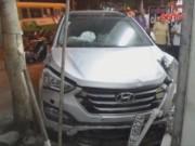 Video An ninh - Xế hộp mất lái ủi 4 xe máy, cuốn 2 người vào gầm