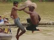 Thể thao - Hắt nước, đánh gối trò chơi cực lạ ở Sri Lanka