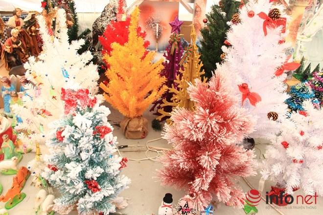 """Thị trường Noel: Thông """"tứ sắc"""" rực rỡ giá rẻ tràn ngập - 3"""
