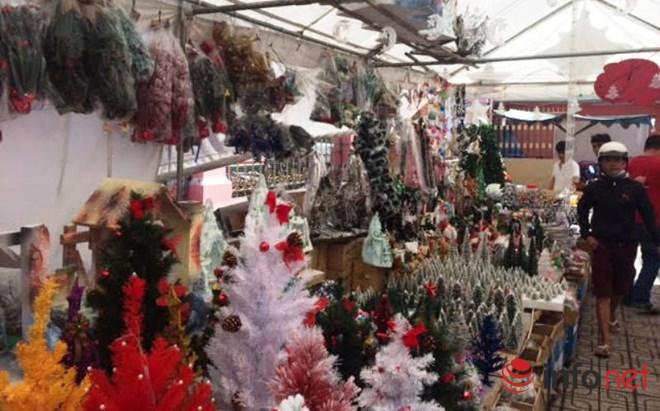 """Thị trường Noel: Thông """"tứ sắc"""" rực rỡ giá rẻ tràn ngập - 6"""