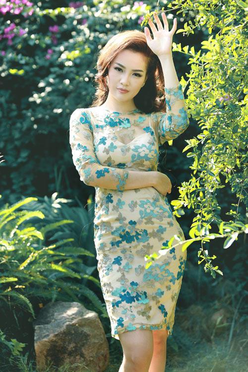 1449806425 1449804959 img 7246 Á hậu Thụy Vân khoe vai trần hờ hững