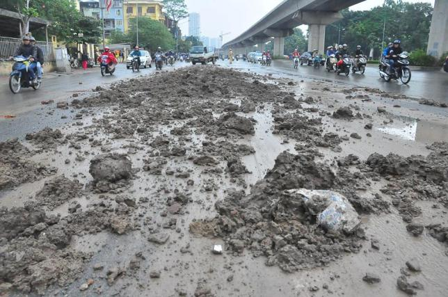 HN: Bùn đất thải kéo dài hàng km trên đường Nguyễn Trãi - 1