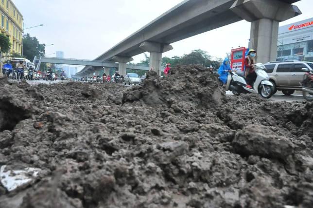 HN: Bùn đất thải kéo dài hàng km trên đường Nguyễn Trãi - 2