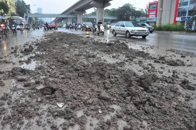 HN: Bùn đất thải kéo dài hàng km trên đường Nguyễn Trãi - 3