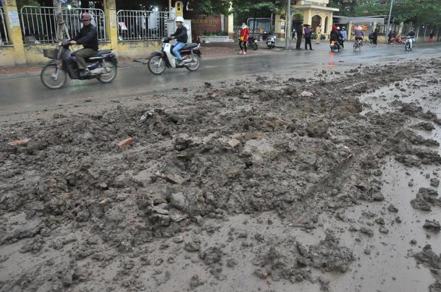 HN: Bùn đất thải kéo dài hàng km trên đường Nguyễn Trãi - 4