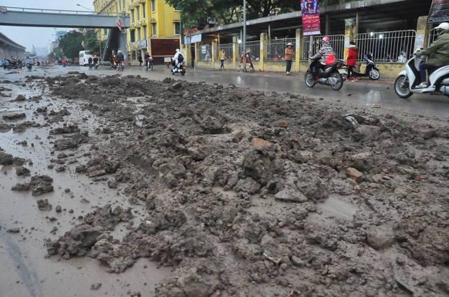 HN: Bùn đất thải kéo dài hàng km trên đường Nguyễn Trãi - 5