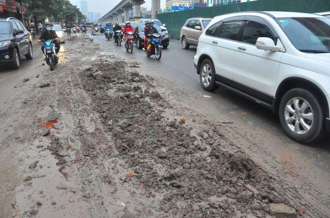 HN: Bùn đất thải kéo dài hàng km trên đường Nguyễn Trãi - 6