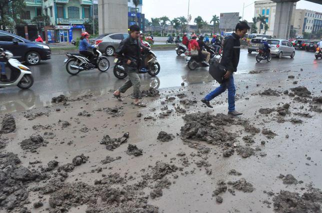 HN: Bùn đất thải kéo dài hàng km trên đường Nguyễn Trãi - 7