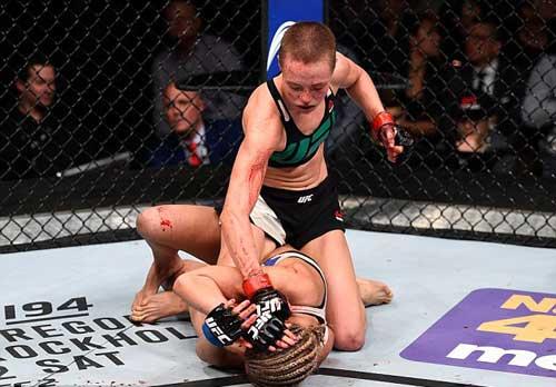 """Tranh đai hạng lông, """"Hoa khôi"""" UFC bị đánh bầm dập - 2"""