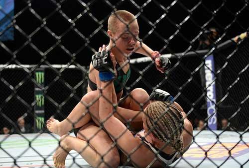"""Tranh đai hạng lông, """"Hoa khôi"""" UFC bị đánh bầm dập - 4"""