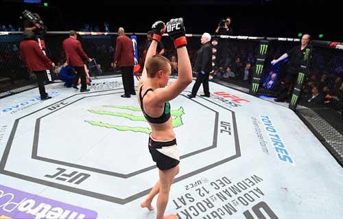 """Tranh đai hạng lông, """"Hoa khôi"""" UFC bị đánh bầm dập - 8"""