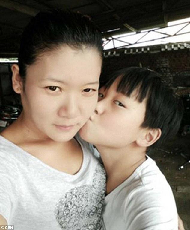 Xúc động nụ hôn cuối của mẹ dành cho con bị chết não - 2
