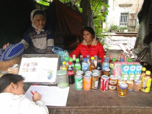 Gặp cụ bà 90 tuổi mò cua bắt ốc nuôi thân ở Hà Nội - 1