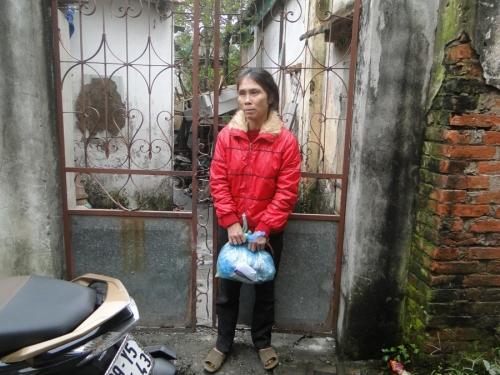 Gặp cụ bà 90 tuổi mò cua bắt ốc nuôi thân ở Hà Nội - 3