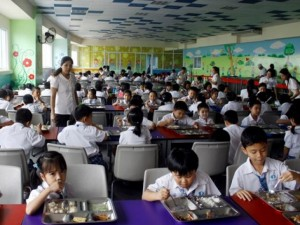 Giáo dục - du học - Ngộ độc thực phẩm khi ăn bán trú: Thịt thối, rau dập nát đã len lỏi vào trường