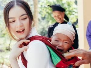 Lý Nhã Kỳ bối rối khi khiến em bé vùng cao khóc