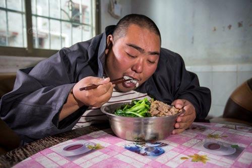 Phát sợ với anh chàng nặng gần 3 tạ mỗi bữa ăn cả chậu cơm - 3