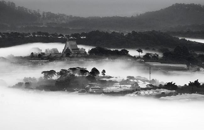 Đà Lạt luôn được mệnh danh là thành phố của sương mù. Không nơi đâu trên đất nước hình chữS nàysương bạt ngàn, triền miênnhư thế.